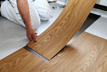 Meleg burkolatok lerakása (PVC, laminált padló, padlőszőnyeg)